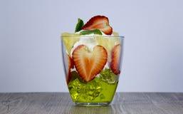 Смешивание свежих фруктов и ягод стоковое фото