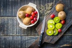 Смешивание свежих фруктов для хороших здоровий Кивиы, красные виноградины и или Стоковое фото RF