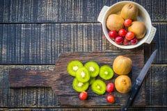 Смешивание свежих фруктов для хороших здоровий Кивиы, красные виноградины и или Стоковое Изображение