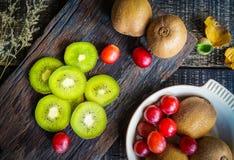 Смешивание свежих фруктов для хороших здоровий Кивиы, красные виноградины и или Стоковые Изображения
