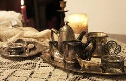 Смешивание старых серебра и блюда и figurines бронзы Стоковая Фотография