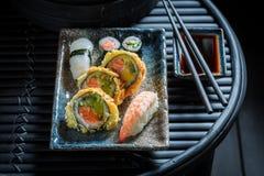 Смешивание суш с wasabi и соевым соусом на таблице стоковая фотография