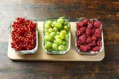 Смешивание ягод в стеклянных пластинках стоковое фото
