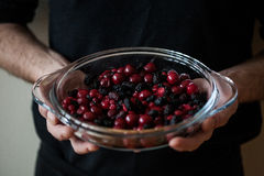 Смешивание ягоды в glas раздражает в руках хлебопека Стоковые Изображения RF