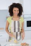 Смешивать женщины печет смешивание в просвечивающем шаре стоковые изображения