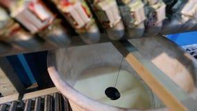 Смешивать краски в специализированном приборе, смешивая красит в фабрике видеоматериал