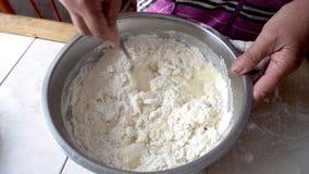 Смешивать тесто в шаре металла стоковая фотография rf