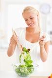 смешивая женщина салата портрета сь Стоковое фото RF