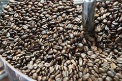 Смешивая зажаренный в духовке кофе Стоковое Фото
