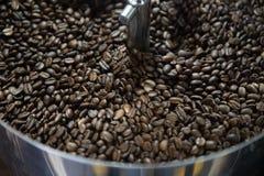 Смешивая зажаренный в духовке кофе Стоковые Изображения RF