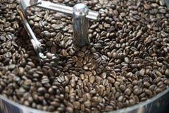 Смешивая зажаренный в духовке кофе Стоковое фото RF