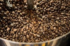 Смешивая зажаренный в духовке кофе Стоковое Изображение RF