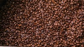 Смешивая зажаренный в духовке кофе сток-видео