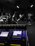 Смешивая стол на студии звукозаписи, диапазоне репетирует в предпосылке B&W Стоковое Изображение RF
