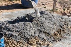 Смешивая цемент и песок Стоковое Фото