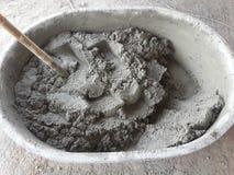 Смешивая цемент для штукатурить Стоковое фото RF