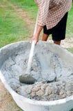 смешивая цемент Стоковые Изображения