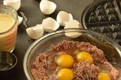 Смешивая шар eggs waffles шоколада подготовки ингридиентов молока измеряя чашки Стоковые Фотографии RF