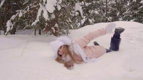 Смешная белая прогулка девушки к снежное падение ans танцев древесин сосны к белому снегу видеоматериал