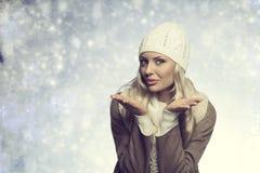 Смешная белокурая девушка с стилем зимы Стоковые Изображения RF