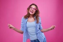 Смешная вскользь девушка танцует в студии Стоковая Фотография