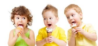 Смешная группа детей при изолированное мороженое Стоковое Изображение