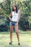 Смешная девушка в парке. Стоковое Изображение