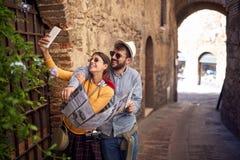 Смешная девушка и человек наслаждаясь в отпуске и делая selfie совместно стоковые фотографии rf