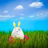 Смешная девушка пасхального яйца с ушами кролика Стоковые Изображения RF