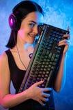 Смешная девушка gamer болвана представляя с клавиатурой игры, играя компютерные игры стоковое изображение