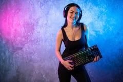 Смешная девушка gamer болвана представляя с клавиатурой игры, играя компютерные игры стоковая фотография rf