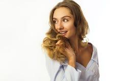 Смешная довольно молодая бизнес-леди над белой предпосылкой Стоковые Изображения