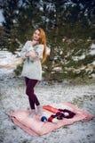 Смешная девушка битника в связанном свитере Стоковая Фотография RF