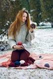 Смешная девушка битника в связанном свитере Стоковое Изображение