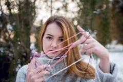 Смешная девушка битника в связанном свитере Стоковая Фотография