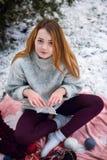 Смешная девушка битника в связанном свитере Стоковые Фотографии RF