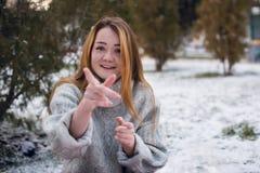 Смешная девушка битника в связанном свитере Стоковое Фото