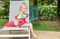 Смешная девушка маленького ребенка около бассейна на тропическом курорте в Таиланде, Пхукете Стоковое фото RF
