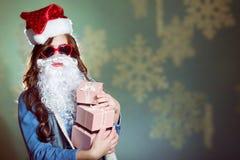 Смешная девушка нося шляпу и бороду xmas santa Стоковые Фото