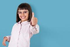 Смешная девушка показывая tumbs вверх Стоковое Фото