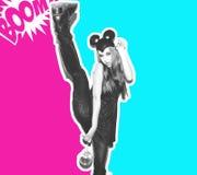 Смешная девушка представляет малых кота или мыши Женщина с ярким стилем причёсок состава и ноча одевают уши мыши имея потеху Стоковая Фотография