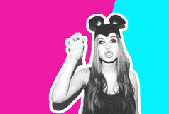 Смешная девушка представляет малых кота или мыши Женщина с ярким стилем причёсок состава и ноча одевают уши мыши имея потеху Стоковые Изображения