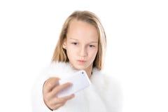 Смешная девушка принимая selfie с мобильным телефоном Стоковое Изображение