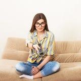 Смешная девушка смотря ТВ Стоковое Изображение
