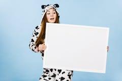 Смешная девушка с пустой пустой доской знамени Стоковое Фото