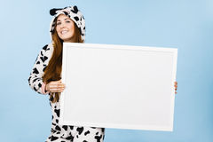 Смешная девушка с пустой пустой доской знамени Стоковое Изображение RF