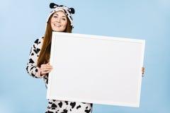 Смешная девушка с пустой пустой доской знамени Стоковая Фотография RF