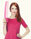 Смешная девушка redhead с большим гребнем. стоковая фотография