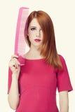 Смешная девушка redhead с большим гребнем. стоковые фото