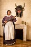 Смешная жена с мертвым супругом Стоковое Изображение